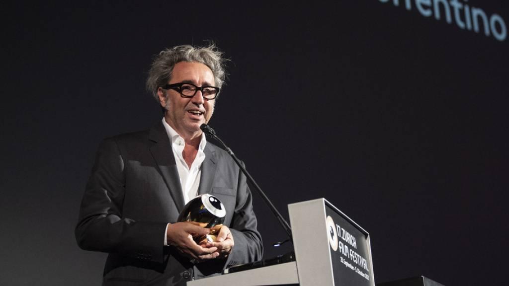 Der italienische Filmregisseur Paolo Sorrentino zeigt Schalk: Am 17. Zurich Film Festival erhielt er am Mittwoch den  «A Tribute to»-Award für sein Lebenswerk. 1970 geboren, zählt er sich indes immer noch zu den jungen italienischen Regisseuren - und hofft auf weitere Auszeichnungen.