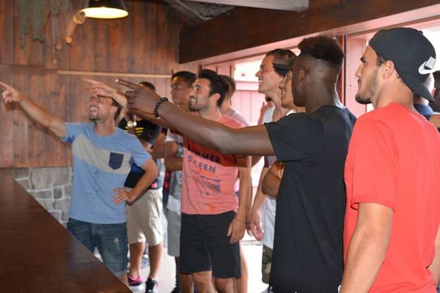 Michael Perrier, Luca Radice und Ridge Mobulu (v.l.) zeigen auf etwas, Bruno Martignoni (ganz rechts) beobachtet das Ganze.