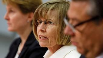 steht in der KritiK: Ständeratspräsidentin Erika Forster (FDP, mitte) informiert über den Aufschub des PUK-Entscheids.Pascal Lauener/Reuters