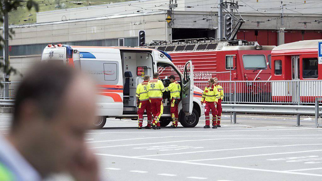 Grosseinsatz der Rettungskräfte nach dem Rangierunfall im Bahnhof Andermatt: 33 Personen wurden eher leicht verletzt - darunter 18 Jugendliche, die mit ihren Schulklassen unterwegs waren.