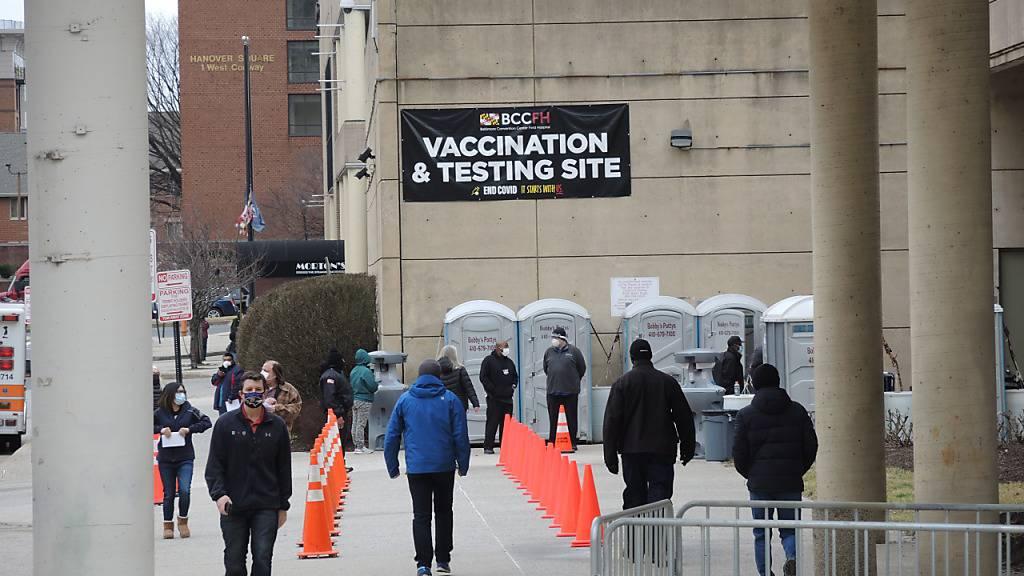 Blick auf einen Teil des Kongresszentrums in der US-Stadt Baltimore, das derzeit als Corona-Impfzentrum dient. Foto: Lena Klimkeit/dpa