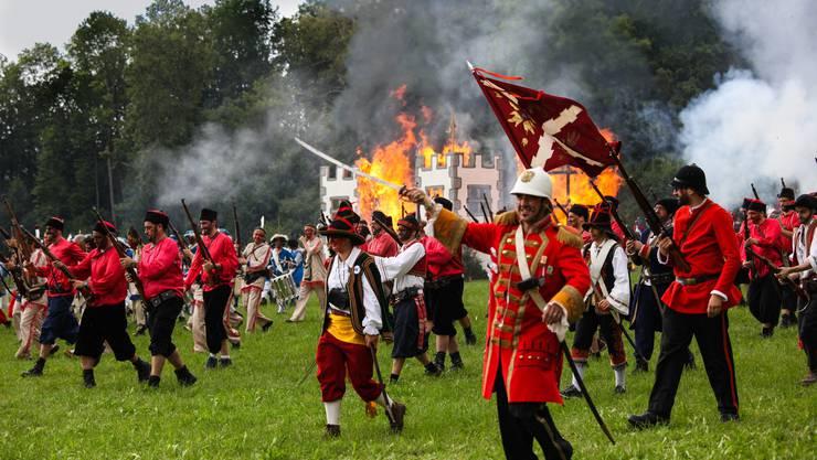 Die Burg brennt bereits, doch die Freischaren werfen sich noch einmal mit vereinten Kräften in den Kampf – vergebens.
