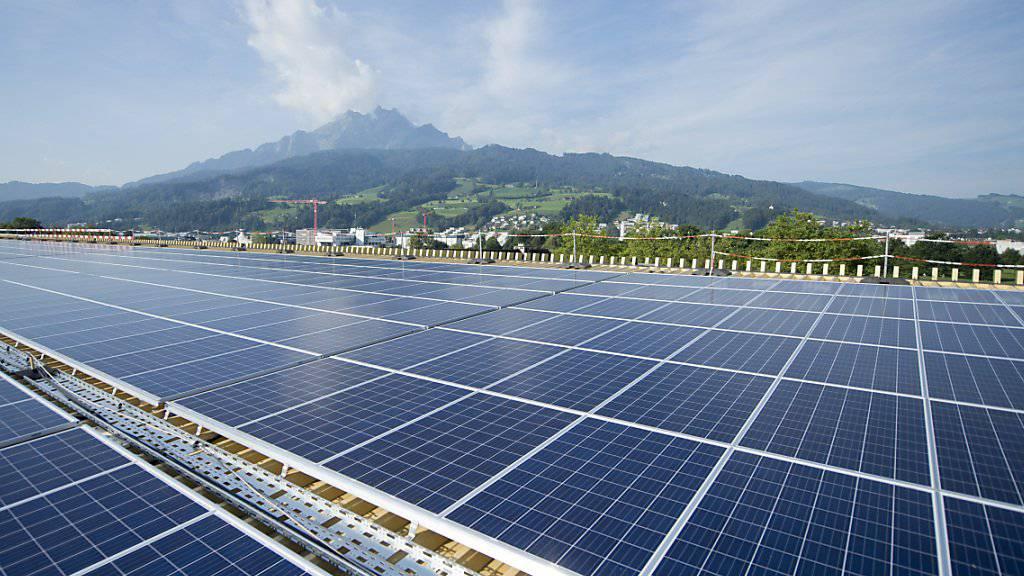 Weil zu viele Projekte auf der Warteliste sind, will der Bundesrat nur noch grosse Photovoltaikanlagen ins Einspeisevergütungssystem aufnehmen. Im Bild die Photovoltaikanlage auf dem Dach der Swissporarena auf der Allmend in Luzern.