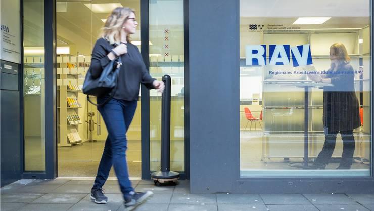 An einem Infoanlass informiert der Kanton Stellensuchende, wie der Arbeitsmarkt in Deutschland funktioniert. Chris Iseli