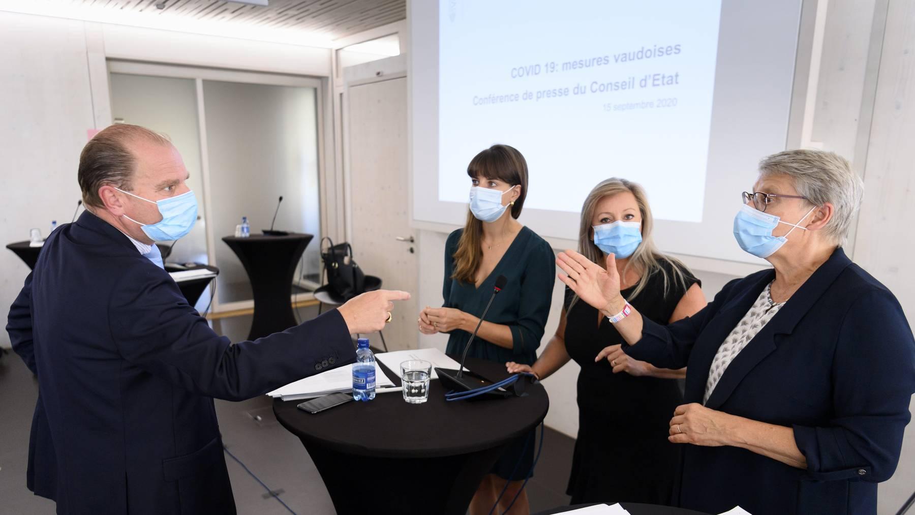 Die Waadtländer Staatsräte (von links nach rechts) Philippe Leuba, Rebecca Ruiz, Nuria Gorrite und Beatrice Metraux vor Medien in Lausanne.