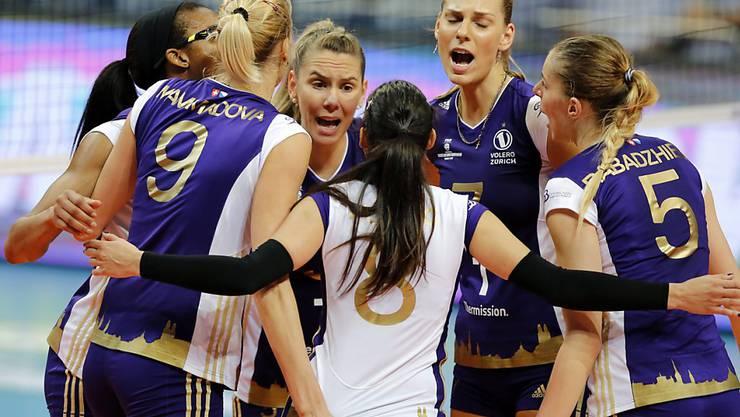 Die Volleyballerinnen von Volero Zürich feiern in der Champions League im dritten Gruppenspiel den zweiten Sieg