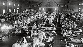 Die Soldaten, hier 1918 in Fort Riley, Kansas, boten dem Influenza-Erreger ein optimales Verbreitungsgebiet. Und sie hatten ihm auch wenig entgegenzusetzen.