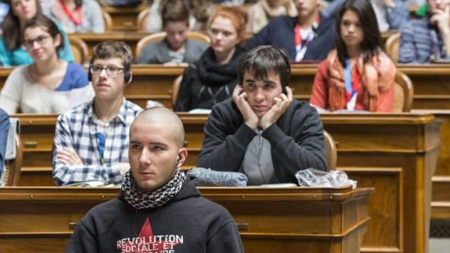 Jugendliche im Nationalratssaal in Bern