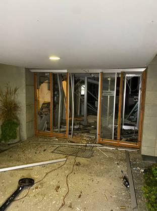 Küttigen, 27. November: Bei einer Filiale der Clientis Bank ist in der Nacht ein Bankomat gesprengt worden. Die Täterschaft hat Bargeld erbeutet.