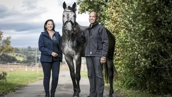 Freuen sich über den Erfolg ihres Hengstes: Martina und Willi Hartmann mit Clooney.