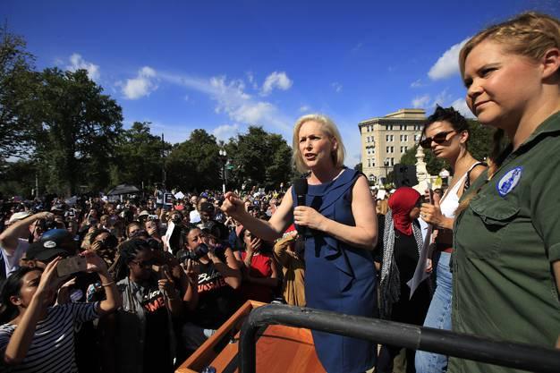 Senatorin Kirsten Gillibrand (l.), Schauspielerin Amy Schumer und Model Emily Ratajkowski (M.).
