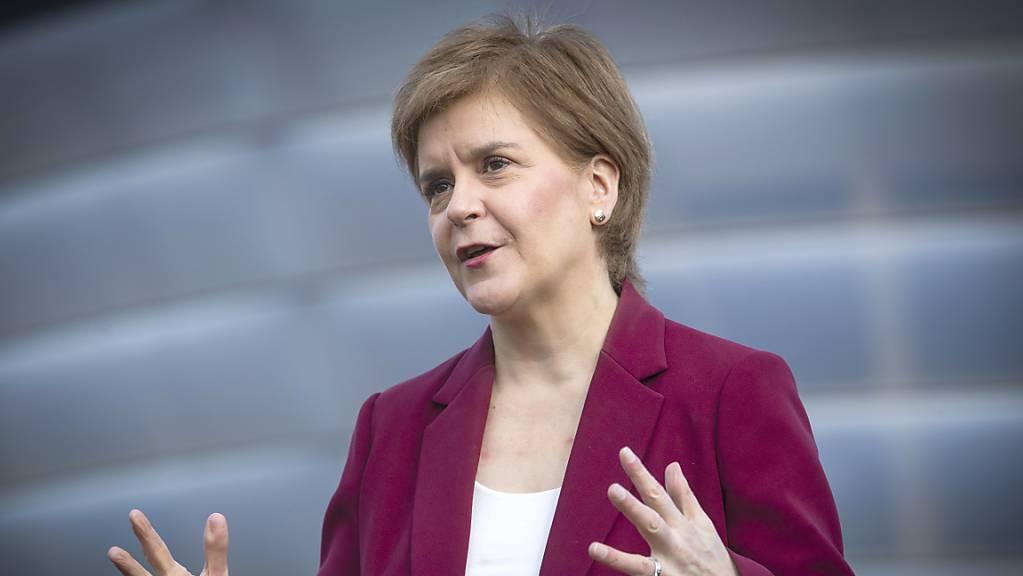 Nicola Sturgeon, Erste Ministerin von Schottland, spricht vor dem Corona-Impfzentrum im SSE Hydro  mit der Presse während ihrer Wahlkampagne für die schottischen Parlamentswahlen. Foto: Jane Barlow/PA Wire/dpa