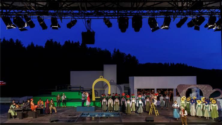 Damit eine Vorstellung auf der Bühne reibungslos ablaufen kann, braucht es hinter der Bühne eine grosse Anzahl von Helferinnen und Helfern.