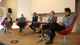 Sie bestritten das Podium in der Säulenhalle (v. l.): Gabriela Barman, Fabian Ochsenbein, Moderator Markus Christen, Pierre Feddersen und Diego De Angelis.