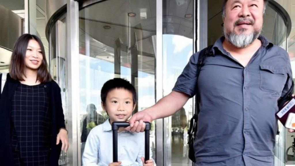 Ai Weiwei am Donnerstag bei seiner Ankunft auf dem Münchner Flughafen, zusammen mit seinem Sohn Ai Lao und seiner Partnerin Wang Fen.