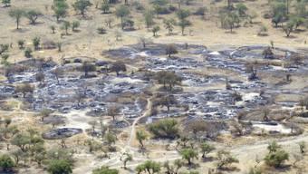 """Probleme """"von riesigem Ausmass"""": EIn niedergebranntes Dorf im Südsudan"""