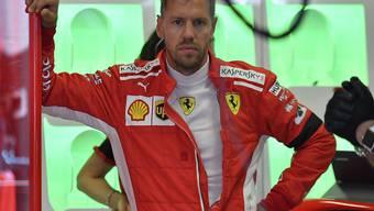 Sebastian Vettel bewegt sich im Ferrari mit Lewis Hamilton im Mercedes auf Augenhöhe