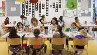 Eltern können im Kanton Zürich aktuell für jedes Kind maximal 10'100 Franken für die ausserfamiliäre Betreuung abziehen.