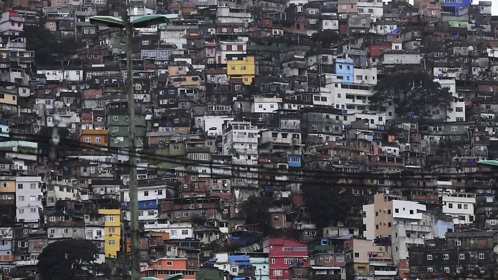 Auf das Navigationssystem im Auto sollte man manchmal besser nicht blind vertrauen. Am Sonntagabend wurden RTS-Journalisten an den Rand einer Favela in Rio de Janeiro geführt. (Symbolbild)