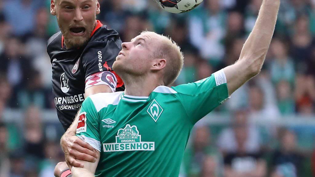 Der Bremer Davy Klaassen (in grün) im Kopfballduell mit dem Nürnberger Hanno Behrens