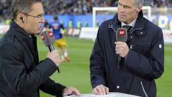 Fussball-Legende Andy Egli (r.) - hier im Gespräch mit SRF-Moderator Matthias Hüppi - wird in den nächsten Tagen zum siebten Mal Grossvater. (Archivbild)