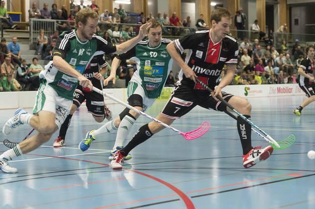 Adrian Zimmermann (links) und Patrick Wendelin (Mitte) wollen den Ball vom Churer Renato Schneider zurück.