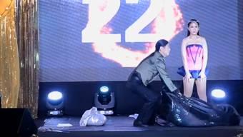 Achtung, es geht schnell: Sylvia Lim und Avery Chin beim Rekord-Umziehen.