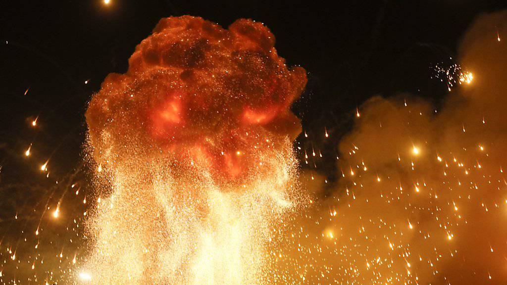 In der Ukraine ist ein Munitionslager in Brand geraten. Das Feuer löste Explosionen von Artilleriegranaten und Raketen aus.