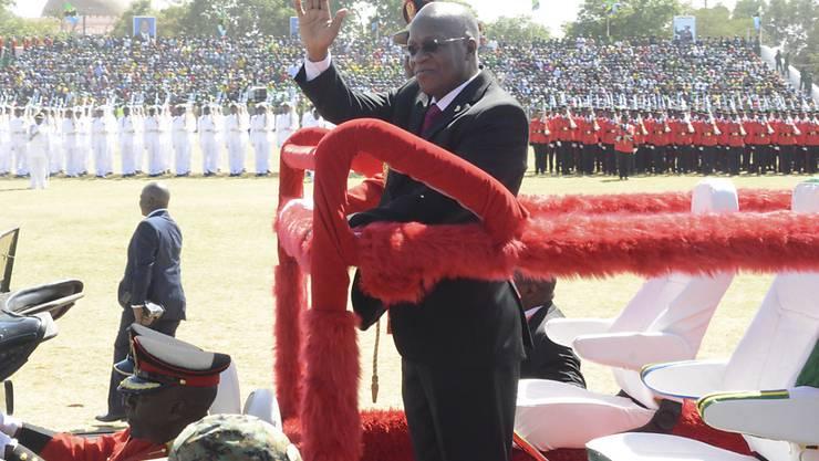 Der Präsident von Tansania John Magufuli winkt während seiner Vereidigungszeremonie nach der umstrittenen Präsidentschaftswahl. Foto: Stringer/AP/dpa