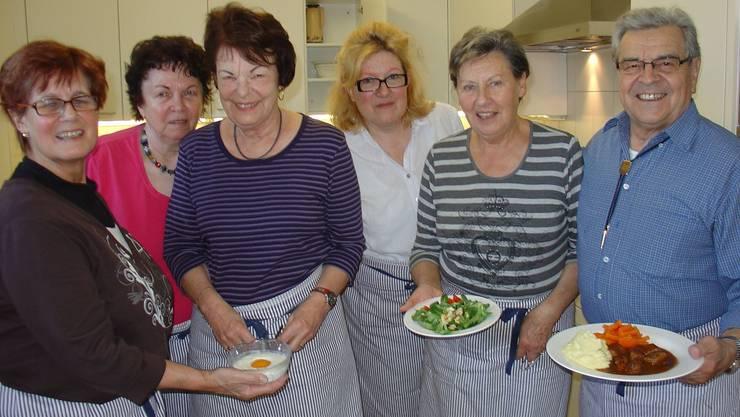 Das Mittagstisch-Team: Annamarie Frösch, Marlis Bloch, Jeanette Matt, Verena Ikonomidis, Dolores Trevisan, Arthur Frösch (auf dem Bild fehlt Madeleine Krähenbühl). Foto: Susanne Brem
