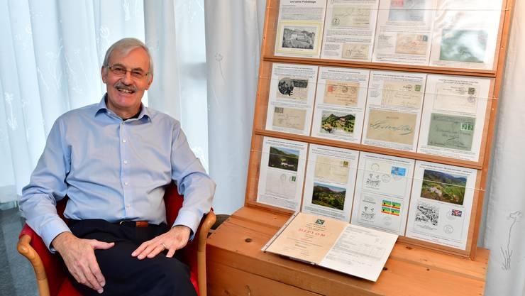 Rolf Leuthard neben seinem Einrahmenexponat zum Bad Lostorf. Es beinhaltet zwölf Blätter à je zwei bis drei Belege (Briefe, Karten oder Marken)