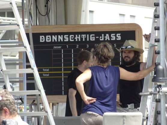 Mitarbeiter von SRF beim Aufbau der «Donnschtig-Jass»-Kulissen.