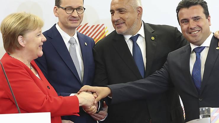 """Die deutsche Kanzlerin Merkel sieht eine """"strategische Verantwortung"""" für eine EU-Erweiterung um jene Balkanstaaten, die einen Beitritt anstreben. Im Bild mit den Regierungschefs Polens, Bulgariens und Nordmazedoniens Mateusz Morawiecki (l), Boyko Borisov und Zoran Zaev."""