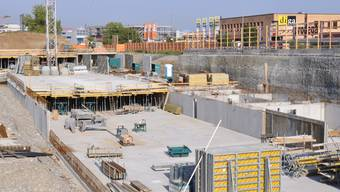 Auf der Grossbaustelle in Pratteln schuftet auch zwölf Tage nach dem Ende des Baustopps kein einziger Arbeiter.