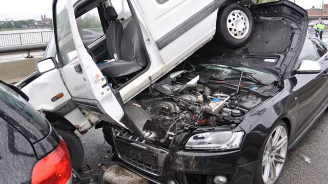 Der Unfallfahrer prallte mit solcher Wucht in die stehende kolonne, dass er das hinterste Auto gleich auf die eigene Kühlerhaube hob.