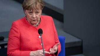 Bundeskanzlein Angela Merkel (CDU) bei der Regierungsbefragung während der Plenarsitzung im Deutschen Bundestag die Fragen der Abgeordneten. Foto: Bernd von Jutrczenka/dpa