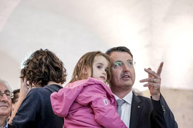 Der Holzunternehmer ist Vater von drei Kindern, hier mit seiner jüngsten Tochter Ladina. Das Bild entstand am Tag der Wahl in den Nationalrat, Ladina war seine Glücksbringerin.