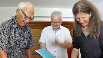 Peter Amsler, Dani Burg und Verena Schütz (von links), Gründungsmitglieder des Freizeitvereins, schwelgen in Erinnerungen.