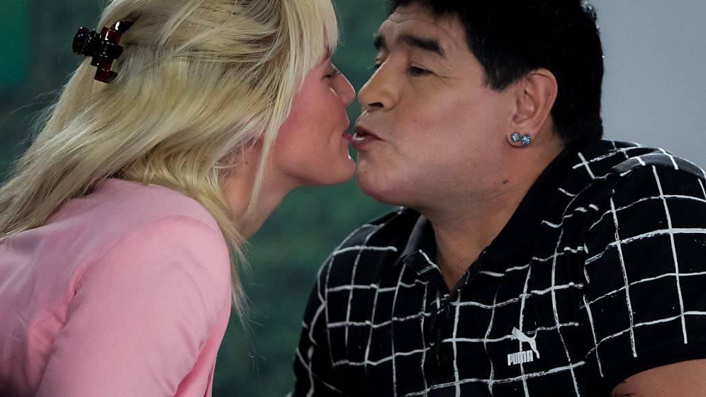 Diego Maradona (r) küsst seine Freundin Rocio Oliva. Sie soll sich sehr dafür eingesetzt haben, dass der Ex-Fussballstar seinen ältesten Sohn 29 Jahre nach dessen Geburt anerkannt hat. (Archivbild)