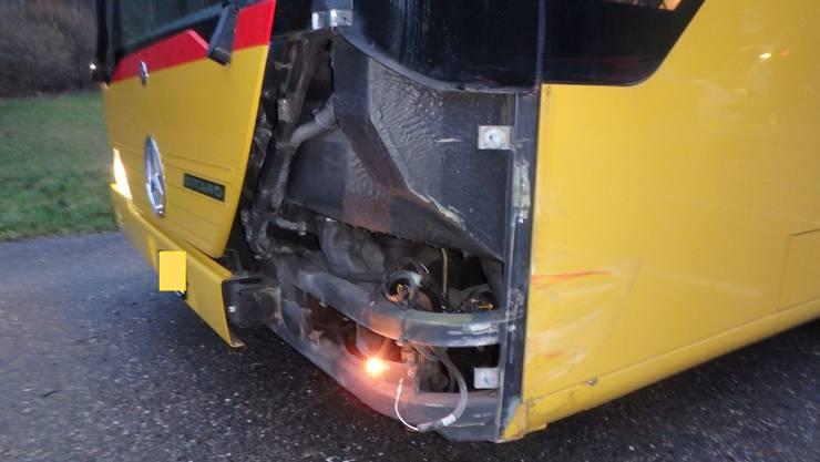 Der Bus ist stark beschädigt.