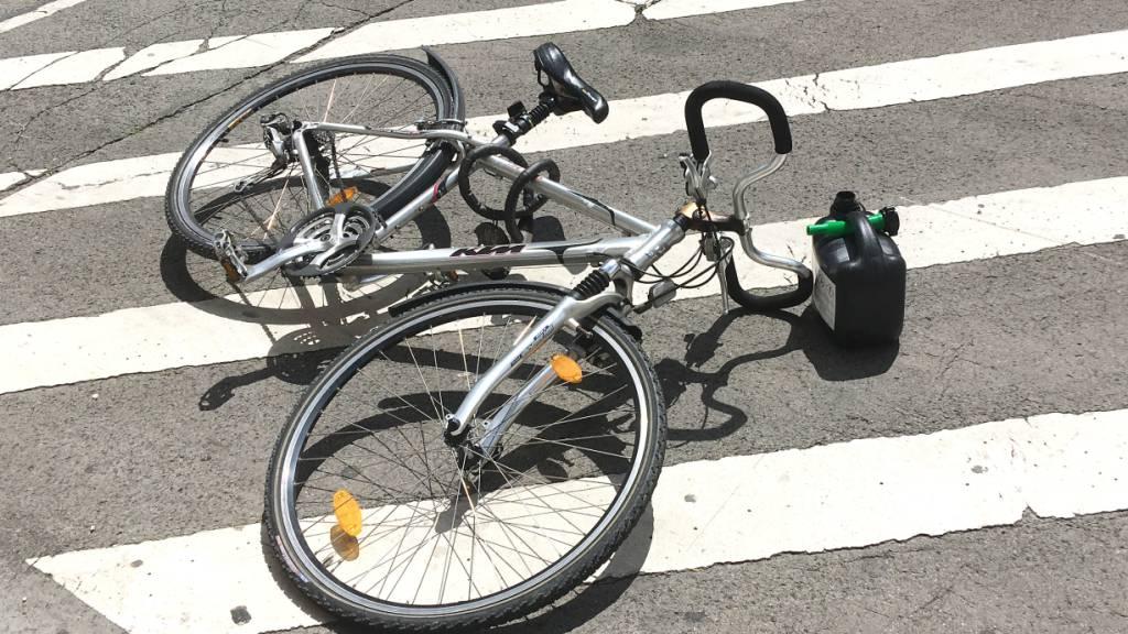 Zum Sturz kam es, als der 64-jährige Mann mit seinem Fahrrad über einen Ast fuhr (Symbolbild).