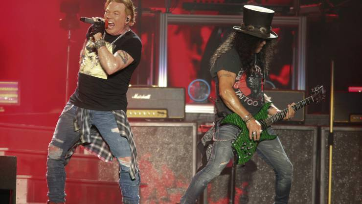 ARCHIV - Axl Rose (l) und Slash, von der US-amerikanischen Hard-Rock-Band Guns n' Roses, treten auf. Foto: Jack Plunkett/Invision/AP/dpa