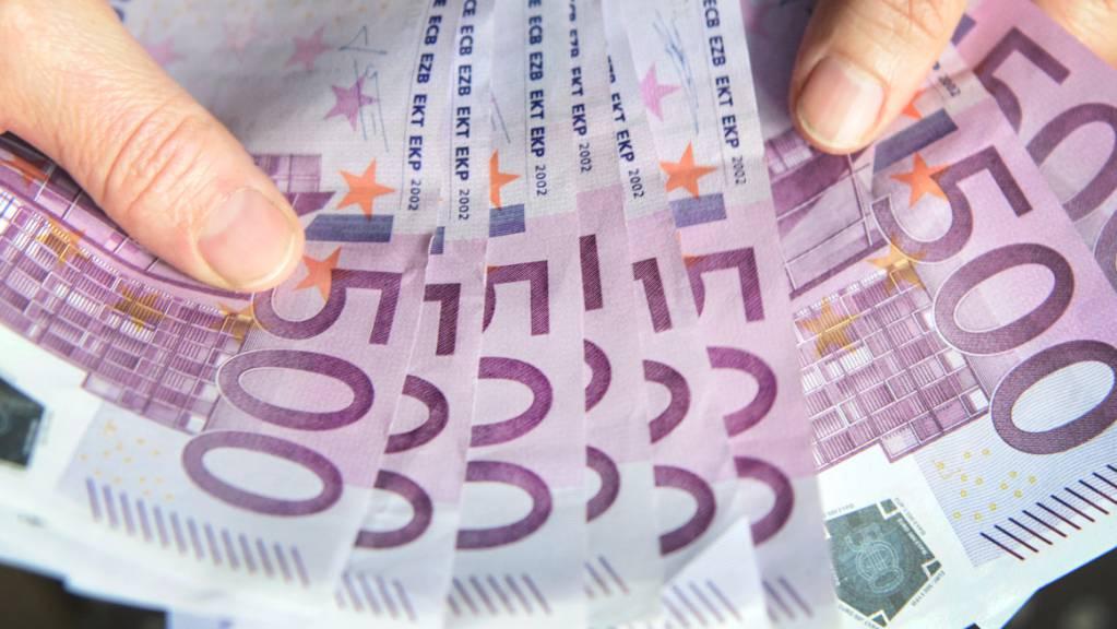 Ein falscher Diplomat hatte in einer Aktentasche gefälschte Bargeldanmeldungen  von insgesamt 38 Millionen Euro. (Symbolbild)