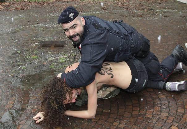 Basta Silvio, steht auf dem Rücken der barbusigen Demonstrantinnen.