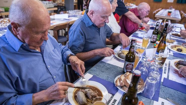 Die Gäste lassen sich's an der Metzgete im Schützenhaus Obergösgen schmecken.
