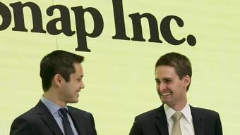 Snapchat-Chef Evan Spiegel (rechts) kann gut lachen: Er erhält für 2017 die dritthöchste jemals an einen Firmenchef gezahlte Summe. (Archiv)