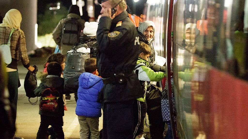 Zug mit Flüchtlingen in Nickelsdorf: Im österreichischen Grenzort kamen in der Nacht auf Sonntag erneut über 1000 Menschen aus Ungarn an.