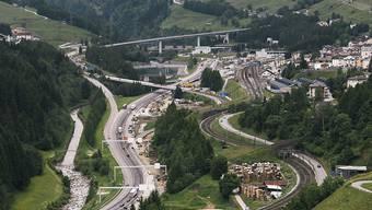 Mit der Überdeckung der Autobahn vor dem Gotthard-Strassentunnel soll der Talboden in Airolo TI aufgewertet werden.