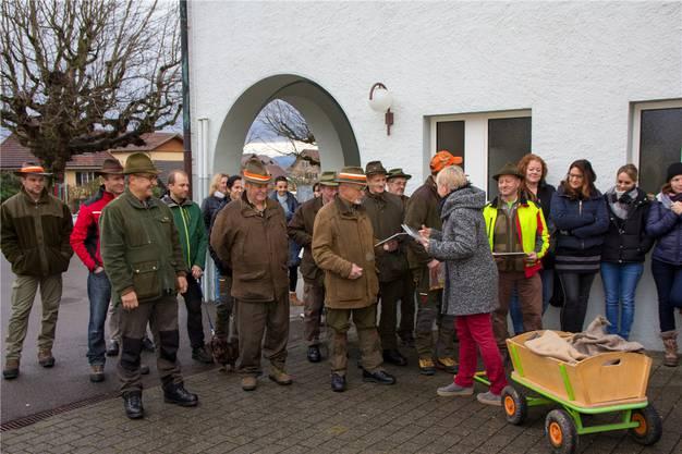 Die gerührten Jäger erhielten das Bilderbuch, das die Schule Beinwil eigens für sie angefertigt hat. Fotos: Verena Schmidtke