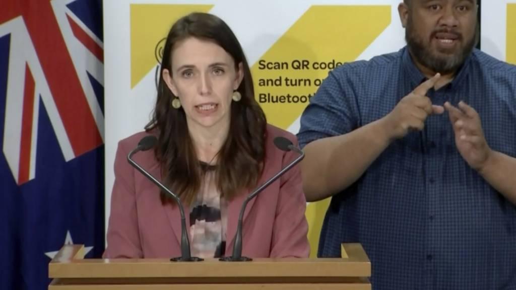 Dieses Videostandbild zeigt Jacinda Ardern, Premierministerin von Neuseeland, die auf einer Pressekonferenz spricht. Neuseeland hat nach der Entdeckung eines Corona-Falls in der Stadt Auckland einen landesweiten Lockdown verhängt. Foto: Uncredited/TVNZ/AP/dpa